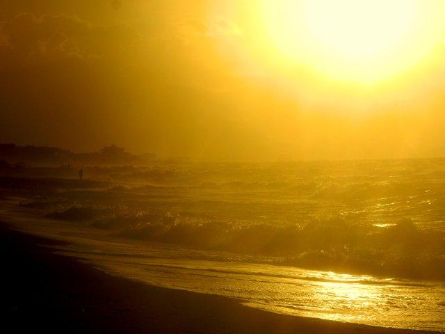 Mann am Strand Rometta Marea