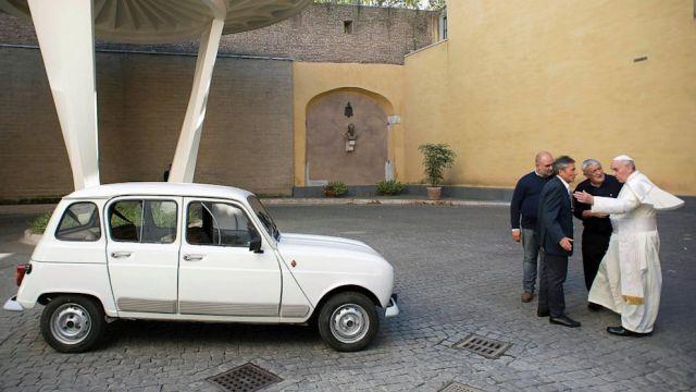 Papst Franziskus Renault R4