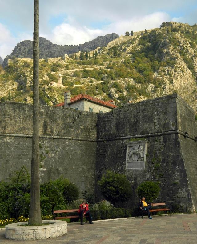Stadtmauer von Kotor mit Blick auf die Festung