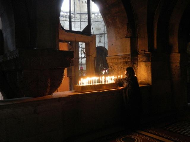 Nonne entfernt Kerzen