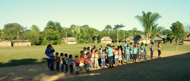 Kinder vor Schule.JPG