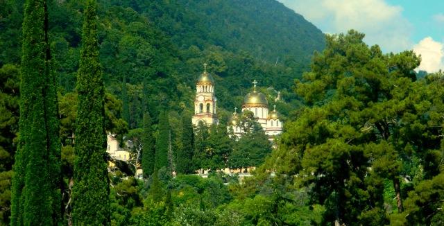 Kloster durch Wald.JPG
