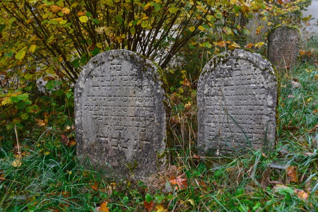 Jüdischer Friedhof Grabsteine hebräisch.jpeg
