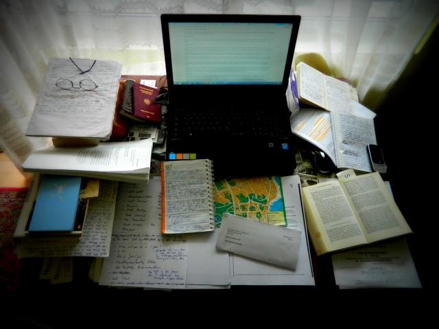 Schreibtisch voll