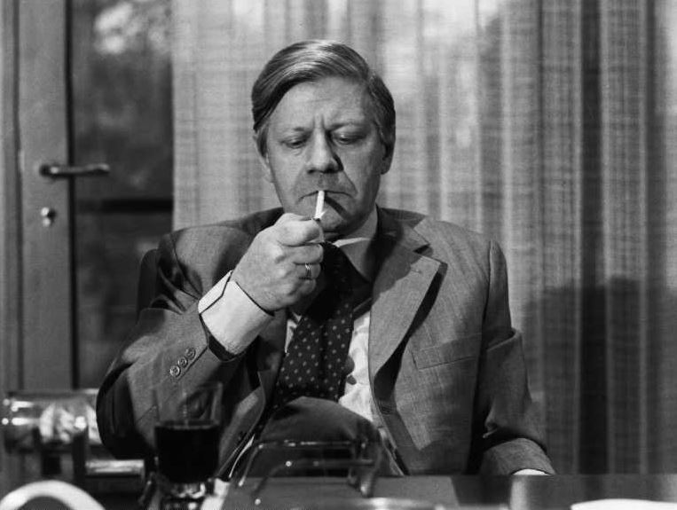 Helmut Schmidt rauchend