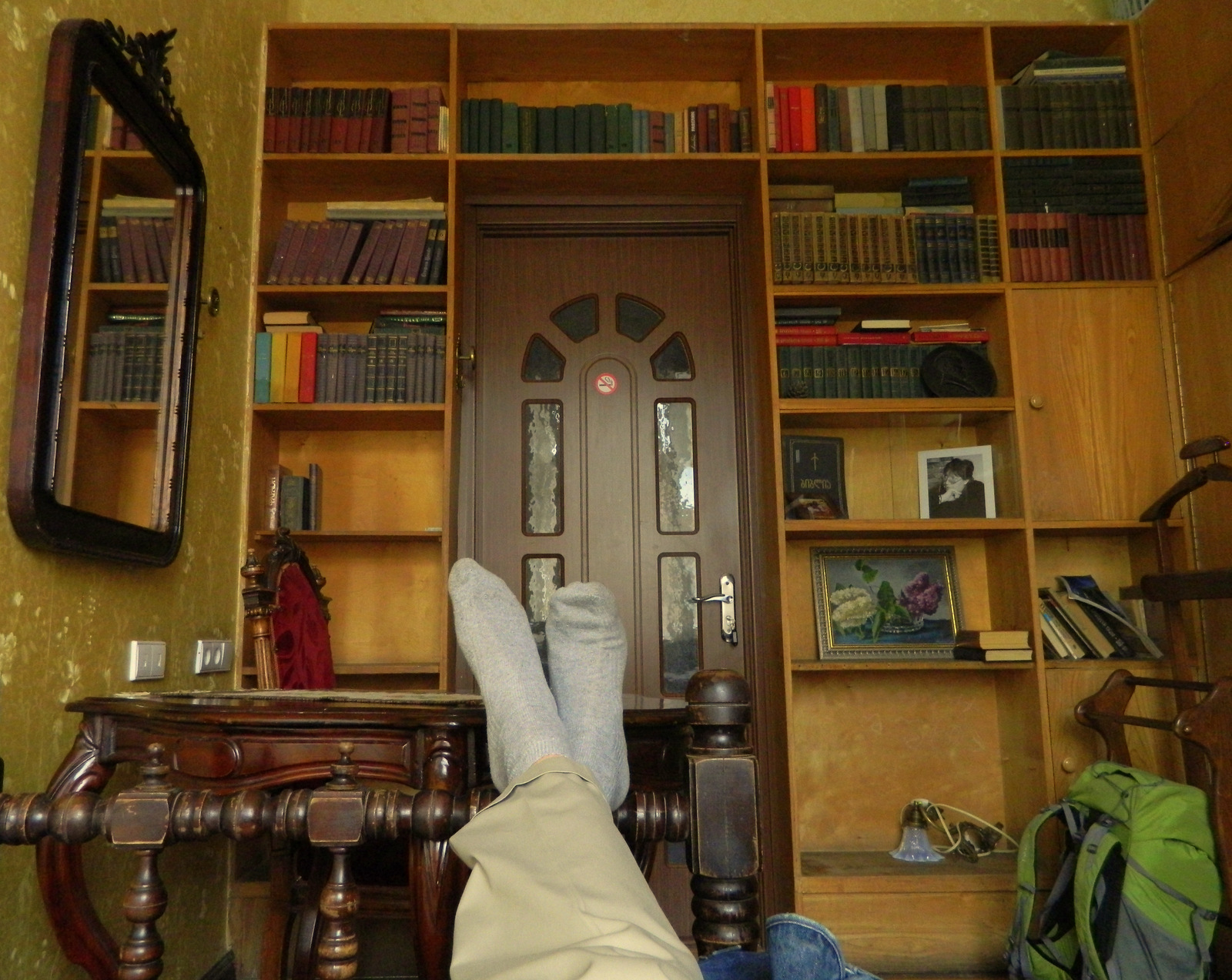 Hostel Bibliothek.JPG