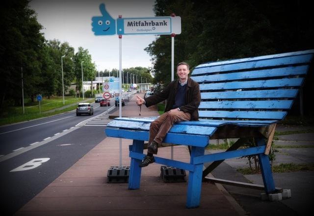 Andreas Mitfahrbank sitzend