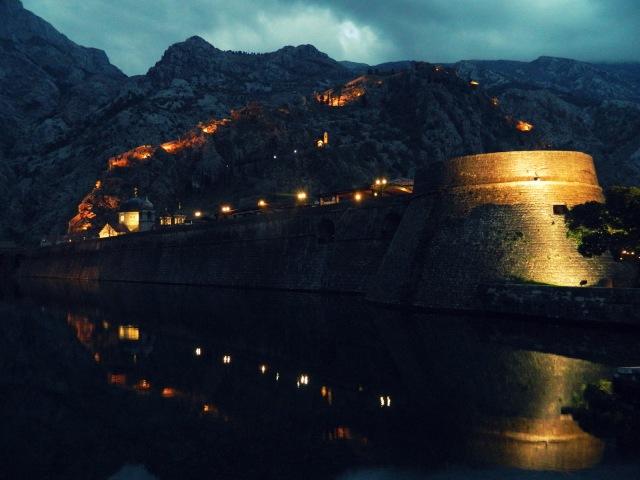 Stadtmauer Kotor beleuchtet