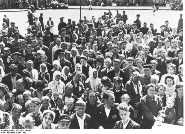 Gruppe von Ostarbeitern vor Fahrt nach Deutschland