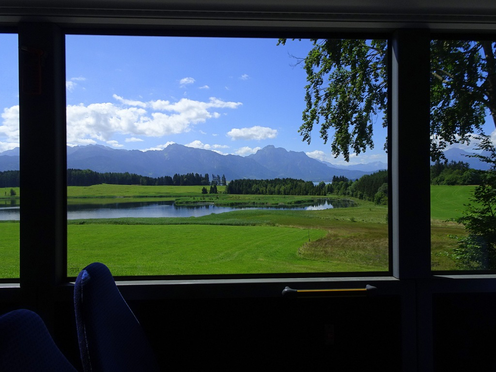 This image has an empty alt attribute; its file name is landschaft-aus-bus.jpg