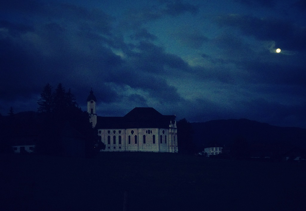 This image has an empty alt attribute; its file name is wieskirche-vollmond.jpg